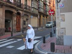 Space Invader BBO_07 (tofz4u) Tags: street people espaa streetart shopping bread pain spain sister spaceinvader spaceinvaders mosaico bilbao baguette invader rue espagne bizkaia euskadi vizcaya soeur pasvasco artderue bonnesoeur sensinterdit bbo07