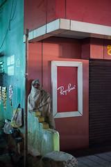 (Sbastien Pineau) Tags: bhubaneswar bhubaneshwar odisha orissa inde india pineau raw sbastienpineau night nuit noche rayban tienda shop boutique man hombre homme calle rue street building edificio
