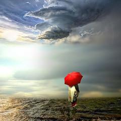 Dona Ines (jaci XIII) Tags: mar praia mulher tempestade sombrinha seashore woman storm umbrella