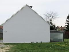 Haus in wei mit einem Lwenzahn / Sun Deck + Sun Wall (bartholmy) Tags: hohengehren baltmannsweiler baw haus house fassade facade weis white fensterlos nowindows sunterrace sundeck wiese lawn lwenzahn dandelion baum tree 111 wintergarten veranda