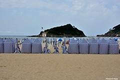 Casetas en la playa de Ondarreta. (Howard P. Kepa) Tags: mar arena casetas isladesantaclara donostiasansebastian playadeondarreta