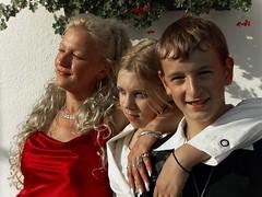 Mutterstolz (Foto-X) Tags: personen portrt gruppenbild mutter tochter sohn f12