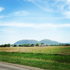 Mont Saint-Hilaire (Qc) (Alexandra BdN) Tags: nature montagne square la lofi champs vert bleu route ciel squareformat sur autoroute campagne mont ferme sainthilaire iphoneography instagramapp uploaded:by=instagram