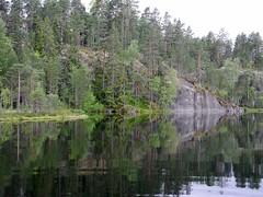 The precipice on the southern shore of Lake Hynkänlampi (Pirttimäki recreation area, Espoo, 20140630) (RainoL) Tags: lakesofnuuksio 2014 201406 20140630 espoo finland hynkänlampi june lake pirttimäki summer u uusimaa