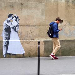 Indifférence (_ Adèle _) Tags: paris ruedupetitmusc marais collage léoetpipo amoureux baiser passant indifférent streetart mur trottoir