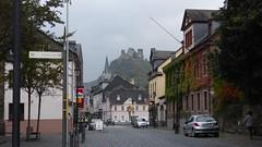 Rathausstraße in Oberwesel, Blick auf Schönburg