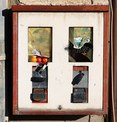 The Big Gumball Robbery (gripspix (OFF)) Tags: 20161130 walkabout spaziergang impressionen impressions gumballmachine kaugummiautomat aufgebrochen broken beraubt robbery