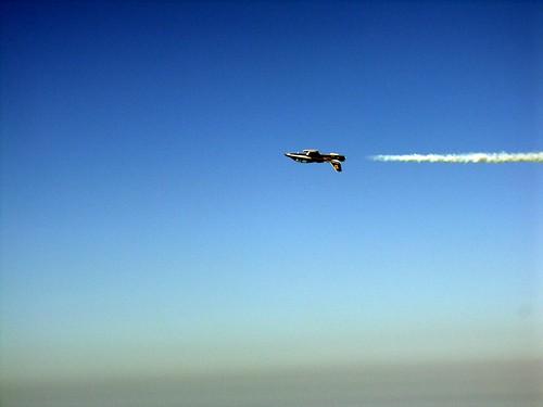 striscia bianca aereo sottosopra su cielo azzurro e mare