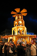 Weihnachtsmarkt vor dem Schloss Charlottenburg (Jonny__B_Kirchhain) Tags: color colour berlin colors night germany deutschland noche colours nightshot nacht weihnachtsmarkt alemania farbe nuit allemagne notte germania alemanha charlottenburg nachtaufnahme nocturno   berlincharlottenburg    niemcy nightphotograph vuedenuit federalrepublicofgermany nottata    repubblicafederaletedesca republikafederalnaniemiec repblicafederaldealemania rpubliquefdraledallemagne repblicafederaldaalemanha