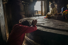 La oracion (Nebelkuss) Tags: india khajuraho madhyapradesh hinduism hindi oracin prayer shiva templo temple elzoohumano thehumanzoo momentos moment ladrondemomentos instantes instant instantsthieve fujixpro1 fujinonxf23f14 efectovelvia velviaeffect quierosercomostevemccurry iwannabelikestevemccurry