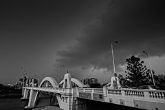 Storm approaching William Jolly Bridge (noompty) Tags: storm williamjolly bridge brisbane queensland on1pics pentax k1 bw mono hddfa1530mmf28edsdmwr