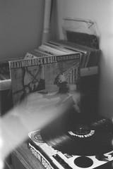 MAXIMUM ROCK N ROLL (iugmoura) Tags: pentax k1000 film filme analog analógica 50mm 35mm 135 35 porto alegre portoalegre brasil brazil shootfilm filmisnotdead blackwhite bw black white pretobranco pb preto branco negative negativo grain gray cinza fuji fujifilm neopan iso400 iso 400 professional pro pr maximumrocknroll maximum rock n roll vinyl lp punk punkrock turntable