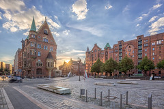 St. Annenplatz (-BlaqueBeat-) Tags: deutschland germany hamburg district speicherstadt hafen city hafencity harbour habor st annen platz annenplatz blau sonne sonnenuntergang sunrise sundown sommer sun rise blue yellow orange gelb canon eos 5 d mark 3 mk3 5d3 iii 1635m architektur architecture speicher consorten neuerwegsbrcke am sandtorkai