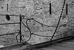 Chaînes et meurtrières (hobbyphoto18) Tags: blackandwhite bw france brick metal noiretblanc pentax nb chain brique blacknwhite nordpasdecalais chaine loophole rempart k50 bergues meurtrière