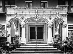 First Hill House Entrance, Seattle (Doug Knisely) Tags: bw plants house beautiful stairs t entrance olympus entryway 1104 brickbuilding firsthill 1517 omdem5markii