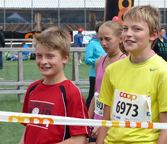 No stress 2 (Cavabienmerci) Tags: boy sports boys sport youth race children schweiz switzerland à child suisse earring running run runners earrings pied runner engadin engadine läufer lauf 2015 graubünden grisons samedan coureur engadiner sommerlauf coureurs engiadina