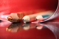 Pour le dire en couleur (Emmanuelle2Aime2Ailes) Tags: macromondays ppep pencil crayon macro cmwdred
