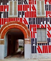 MILANO - EXPLORE (cannuccia) Tags: milamo lombardia facciate archi finestre windows rosso red murales parole visualart