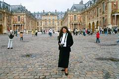 Robin at the Palace of Versailles (Snap Man) Tags: 2001 chateaudeversailles france palaceofversailles robinkanouse versailles byklk ledefrance