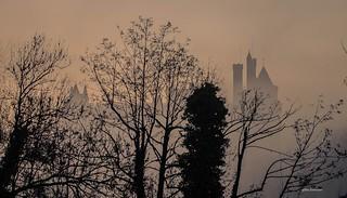 le chateau de pierrefonds dans la brume.