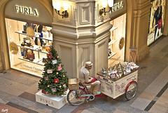Vendedor de helados... (svet.llum) Tags: gente centrocomercial vendedor mosc rusia arquitectura interior helado gum