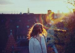 wind of wonder (Mad(e)leine) Tags: light berlin girl wonder abend licht blog fotografie stuttgart sister fineart mind fragile sonne dach goldenhour haar madeleinebrunnmeier mademoments bietigheimbissigen