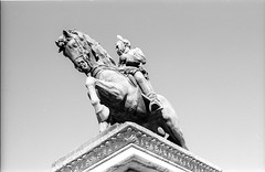 Prim y gaviota (rodrigo.blackburn) Tags: barcelona blackandwhite statue spain europe gull catalua brid fujiacross100 olympusom2n d7611 nikoncoolscaniv zuiko50mm18