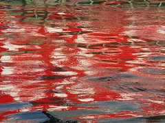 sieht aus wie ein Webmuster: Spiegelung des rot-weien Katamarans im Kieler Hafen (evioletta) Tags: wasserspiegelung roteis kiel hafen wasser september reflection