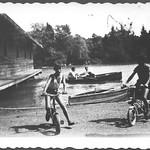 Archiv B532 Jungen auf Kinderräder beim Bootshaus, 1960er thumbnail