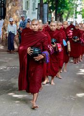 Ofrendas en el monasterio (Andrs Guerrero) Tags: red people abbey rojo asia southeastasia gente monk buddhism desfile monastery queue monks myanmar monasterio mandalay monje buddhistmonks budismo buddhistmonk monjes sagaing birmania theravada sudesteasitico theravadabuddhism desfilar monjesbudistas monjebudista budismotheravada