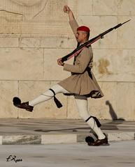 Soldado con alas (Fran Roso) Tags: soldado grecia atenas desfile guardia