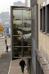 Über dem Wall (01) (Rüdiger Stehn) Tags: 2016 2000er 2000s europa mitteleuropa deutschland germany norddeutschland schleswigholstein kielaltstadt stadt schiff fähre strase spiegelung reflection bauwerk profanbau hafen kielerhafen menschen leute gebäude canoneos550d kiel