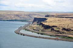 USA 2016 – Columbia River Gorge – View of the Gorge and Interstate 84 from Wishram, Washington (Michiel2005) Tags: wishram columbiarivergorge columbiariver view rivier columbia river washington wa oregon or usa unitedstatesofamerica unitedstates verenigdestatenvanamerika verenigdestaten america amerika