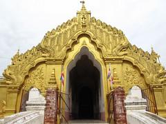 """Amarapura: la pagode Kyauktawgyi, de l'autre côté du pont. <a style=""""margin-left:10px; font-size:0.8em;"""" href=""""http://www.flickr.com/photos/127723101@N04/23141002475/"""" target=""""_blank"""">@flickr</a>"""