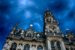 20 voor 12 (roberke) Tags: stadhuis cityhall old gebouw architecture architectuur lucht sky clouds wolken outdoor oudenaarde vlaamseardennen belgium klok oostvlaanderen windows vensters ramen