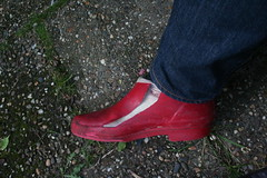 Red Chuva (welliesfan1) Tags: wellies wellworn wornout wornoutsoles regenstiefel rubberboots ripped rubberlaarzen regenlaarzen bottescaoutchouc versleten laarzen leaky welworn