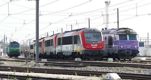 Passage au depôt de Miramas pour appercevoir le BB 36013 et 36012 de l'opérateur Thello qui cotoient une BB 67400 en livrée En Voyage et autres locomotives