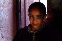 penombra (enrico sprea) Tags: africa persone occhi morocco atlas marocco maghreb ritratto imazighen buio atlante berbera villaggio ourikavalley penombra pocaluce berberi  tamazight nordafrica tagadirte pentaxlife casaberbera valledellourika almamlakaalmaghribiyya ininterni taglditnlmarib route2017  regnomaghrebino