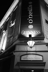Guinness is good for you! (Keltia) Tags: 2016 street france camera:make=fujifilm camera:model=xt2 exif:isospeed=4000 geocity exif:lens=xf23mmf14r geo:country=france exif:model=xt2 exif:aperture=28 exif:make=fujifilm exif:focallength=23mm geostate geolocation fujifilm xt2 london londres sans blackandwhite acros streetphotography