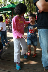 IMG_8698.jpg (小賴賴的相簿) Tags: family kids canon happy 50mm stm 台中 小孩 親子 陽光 chrild 福容飯店 5d2 老樹根 麗寶樂園 anlong77