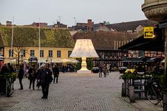 Lilla Torg Malm (Hkan Dahlstrm) Tags: city light people lamp architecture square photography se skne sweden uncropped torg malm lilla f40 2015 lampan davidshall skneln xe2 sek xf1855mmf284rlmois 13119122015144140