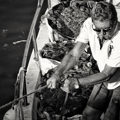 Modern fisherman (H.I.P.) Tags: fisherman boat cigar rope streetphotography blancoynegro blackandwhite albsinegru fotografiadecalle fotografiedestrada sonya6000