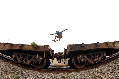 Carlos Eduardo ollie air pulando os vagões