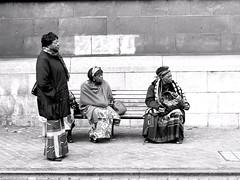 Dans la mme direction (_ Adle _) Tags: lige belgique banc femmes africaines matriarches trois attente bus regarderdanslammedirection nb bw blackandwhite monochrome