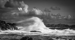 Kraft (mark.helfthewes) Tags: meer norwegen nikon d800 85mm lr nd sw gischt strand klippen steine wolken himmel flussmuendung hkomune nordsee ozean atlantik ufer sturm aufgewuehlt sonnig