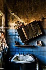 Tiempo para asearse (Perurena) Tags: lavabo pileta cuartodebao bathroom azulejos ventana window abandono ruina decay casa house urbex urbanexplore