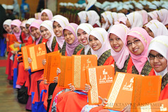 Congratulation | Mabrouk | Tahniah :) (AnNamir™ c[_]) Tags: beautiful nikon candid islam hijab sigma muslimah malaysia convocation f28 graduan kualakububharu abigfave d300s darulquranjakim annamir darulquran konvodq dewanmuktamar tudungmuslimah beautifulmuslimah konvokesyendarulquran graduandq makcun
