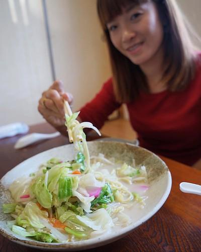 จัมปง เจ้านี้อร่อยกว่าเจ้าที่นางาซากิอีกอ่ะ ชามใหญ่มาก 600เยนเอง (180บ) ร้านนี้เห็นเบอร์ที่ลงเรือดูโลมาเห็นไม่ไกลเลยกดgpsมา ^^