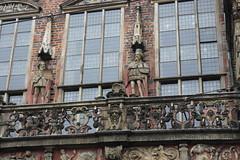 Bremen Town Hall, detail (Davydutchy) Tags: christmas window statue germany deutschland hoteldeville weihnachtsmarkt stadtmitte townhall bremen rathaus allemagne mitte hb standbeeld stadhuis beeld duitsland freie hansestadt raadhuis niedersachsen