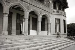 Arcos y escaleras (Bichuas (E. Carton)) Tags: arcos escaleras edificio gente palacio miramar blanco negro ciudad donostia sansebastian safecreative